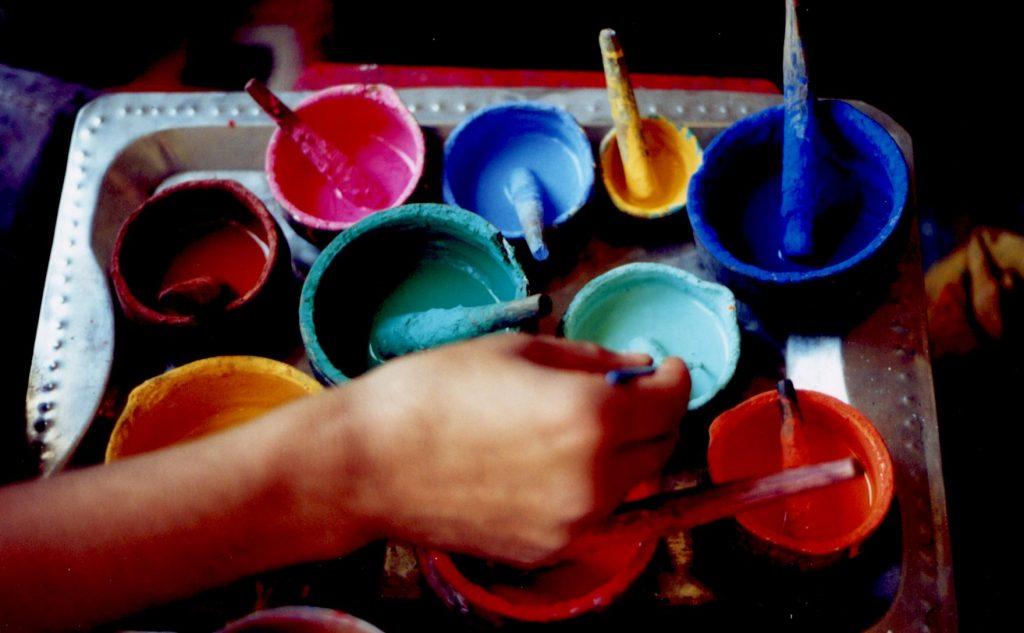 Peinture faite à la main à partir de pigments achetés au marché.