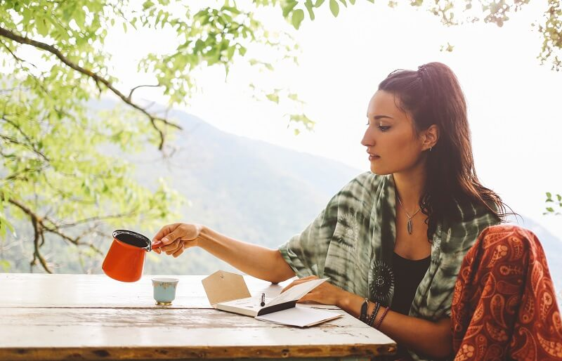 Young woman drinking coffee in the beautiful nature | La Solution Est En Vous